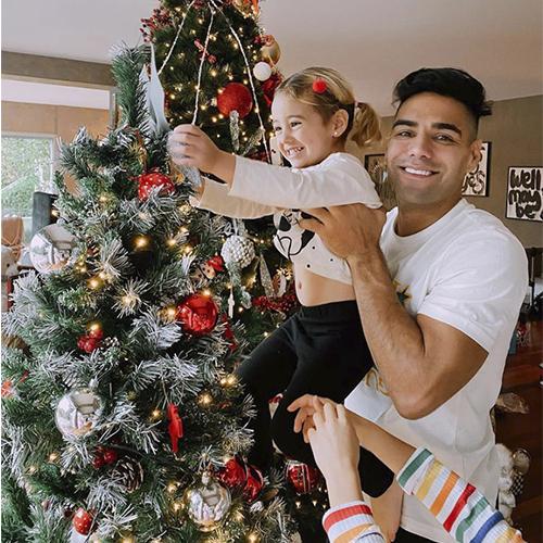 Radamel Falcao, quien está radicado en Turquía, ya tiene listo su árbol de navidad, el cual adornó junto a su familia.