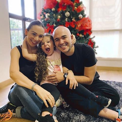 Carolina y Carlos de Siam armaron su árbol de navidad en sus casas de Cali y Bogotá. Para ellos, lo primero es estar en familia.